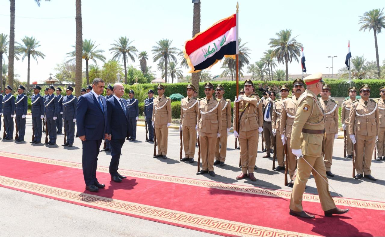 لاول مرة بالعالم رئيس جمهورية يزور وزارة الدفاع في بلده ويفتش حرس الشرف